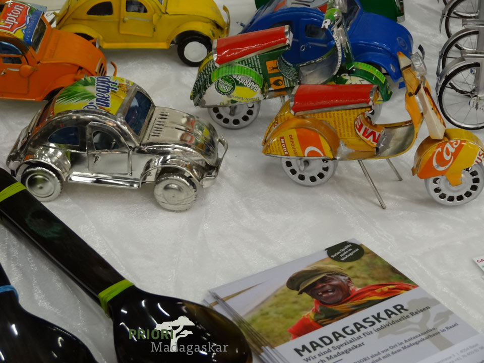 Blechautos-Souvenirs-Handwerk-Madagaskar-Miniatur-PRIORI-Reisen