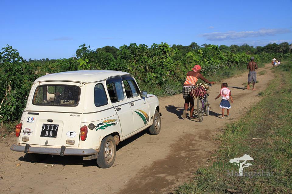 Alter französischer Wagen auf einer typisch madagassischen Straße.