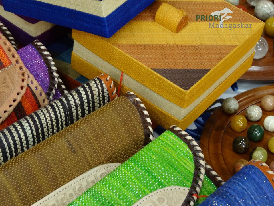 Rafia-Taschen-Dosen-Madagaskar-Handwerk-PRIORI-Reisen