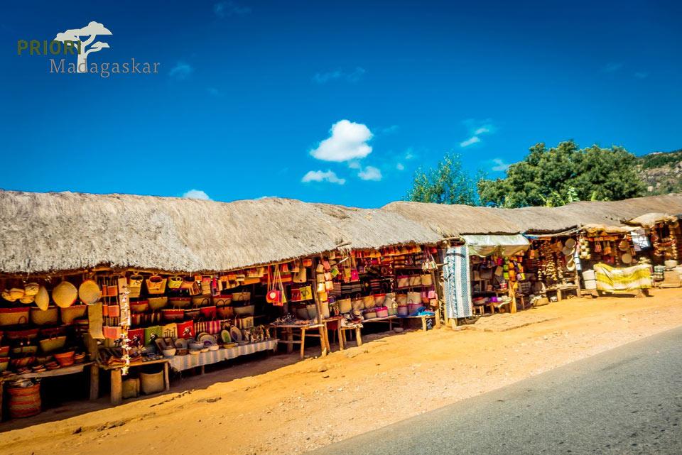 Bunte Stände mit Handwerk und Souvenirs neben einer Strasse in Madagaskar