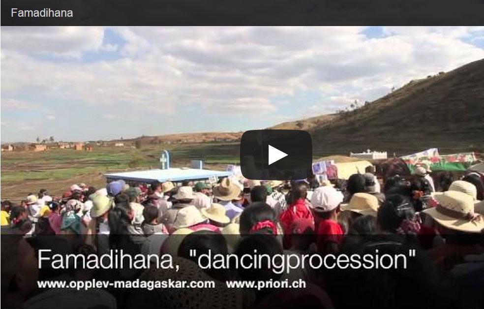 Leichenumwenung - Famadihana im Hochland von Madagaskar