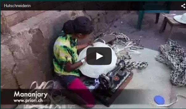 Madagassische Frau näht einen Strohhut aus Rafia in Madagaskar