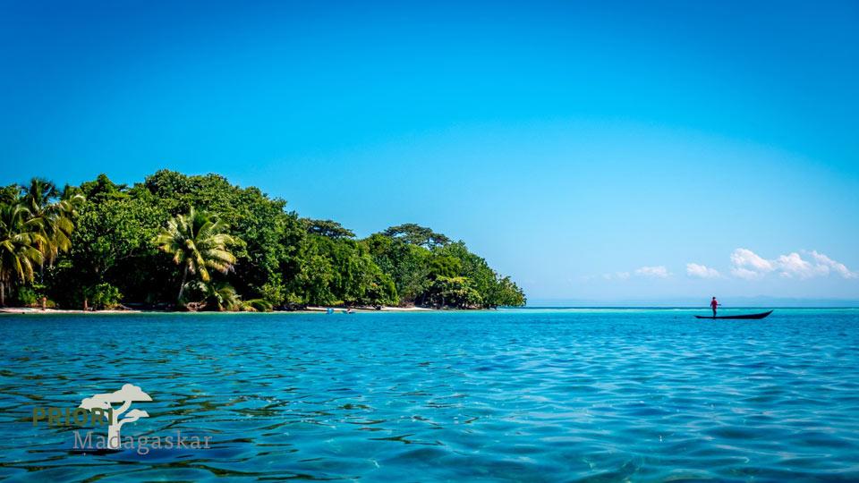 Strand und Palmen auf der Île aux Nattes, Madagaskar.