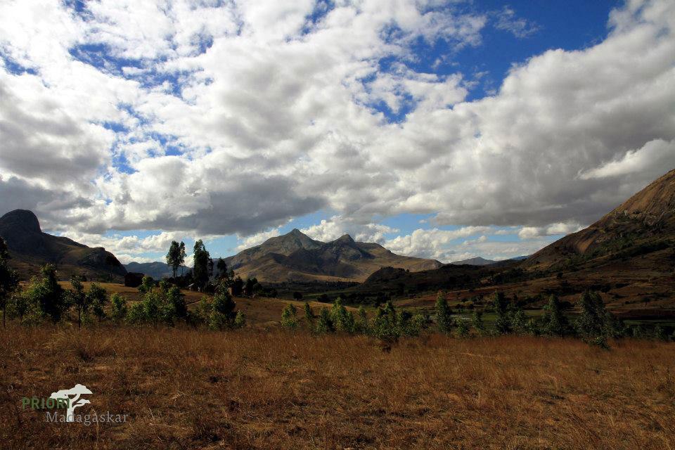 Landscahft im Hochland Madagaskar mit Wolken
