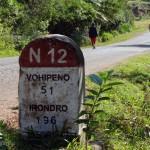 Wegweiser Stein Kilometerangabe Strasse Madagaskar PRIORI Reisen