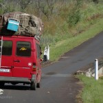 Sammeltaxi beladen auf Straße in Madagaskar. PRIORI Reisen.