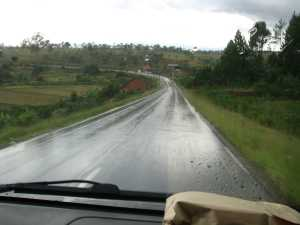 Strasse Madagaskar Nässe Regen Taxi Brousse