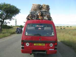 Roter Taxi-Brousse schwer beladen in Madagaskar