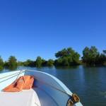 Auf dem Fluss Loza geht es an die Westküste.