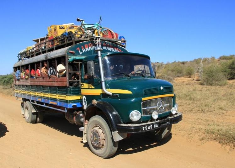 Gut beladener Taxi Brousse an der Westküste von Madagaskar