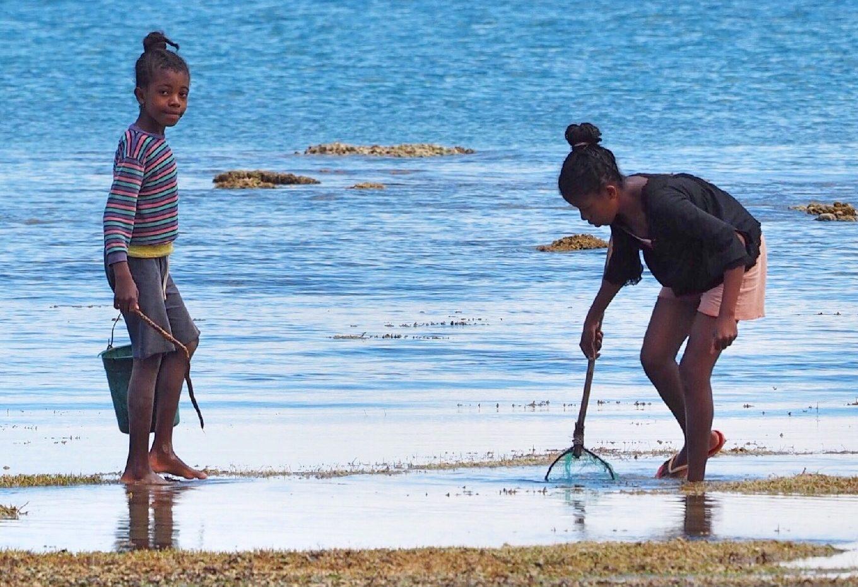 Das Lied des Meeres - zwei madagassische Kinder fischen an der Küste von Madagaskar