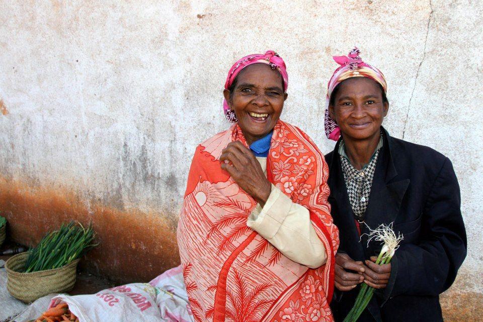 Frauenreise Madagaskar - 2 Frauen sitzen auf der Bank vor ihrem Haus