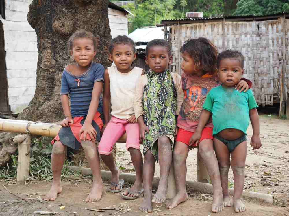 Kinder in Antalaha in Madagaskar