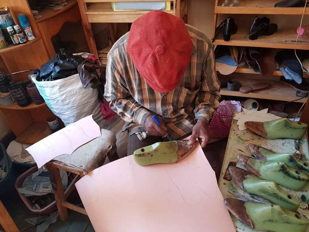 Schuhmanufaktur in Madagaskar: Massschuhe aus Madagaskar in der Fertigung