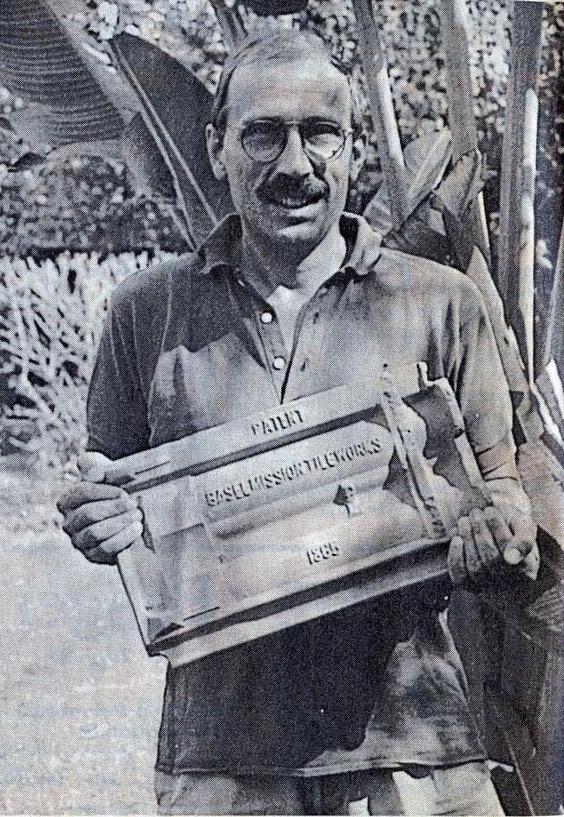 Rudolf Fischer mit historischem Ziegelstein der Basler Mission in Madagaskar